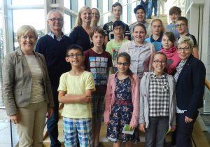 Carina Gödecke und Elisabeth Müller-Witt mit den Besucherinnen und Besuchern der Comenius-Schule-Ratingen