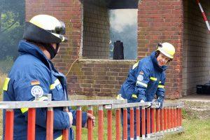 Vorbereitung des Einsatzes im von der Gasexplosion beschädigten Haus