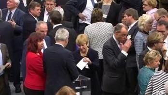 Elisabeth Müller-Witt bei der Stimmabgabe