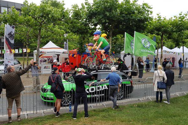 Die Werbekarawane der Tour de France passiert das Landtagsgebäude
